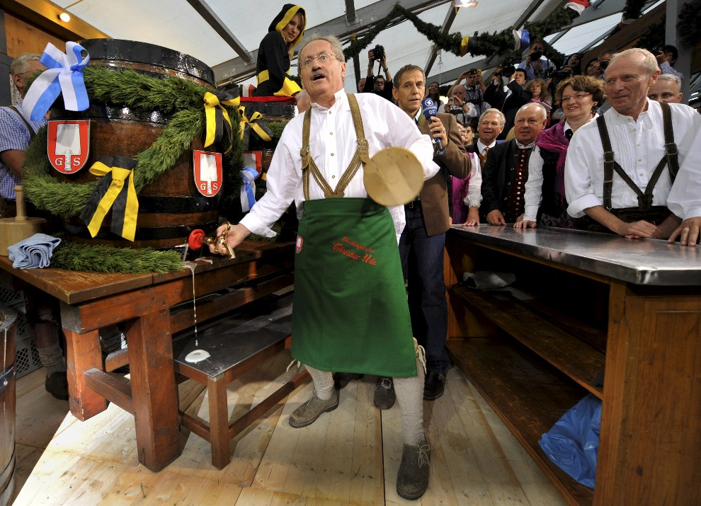 4.NIEMCY, Monachium, 22 września 2012: Christian Ude otwiera pierwsza beczkę piwa. AFP PHOTO / FRANK LEONHARDT