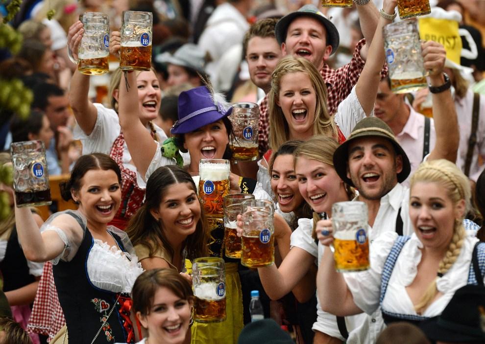 5.NIEMCY, Monachium, 22 września 2012: Pierwsi goście bawiący się na tegorocznej edycji Oktoberfest. AFP PHOTO / CHRISTOF STACHE