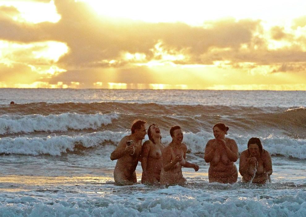 6.WIELKA BRYTANIA, Northumberland, 22 września 2012: Grupka nudystów, która wzięła w udział w próbie (nieudanej) pobicia rekordu w liczbie kąpiących się   jednocześnie naturystów. AFP PHOTO/LINDSEY PARNABY