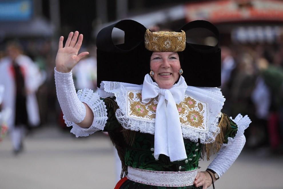 6.NIEMCY, Monachium, 23 września 2012: Kobieta w stroju ludowym podczas parady otwierającej Oktoberfest. ( Foto: Johannes Simon/Getty Images)