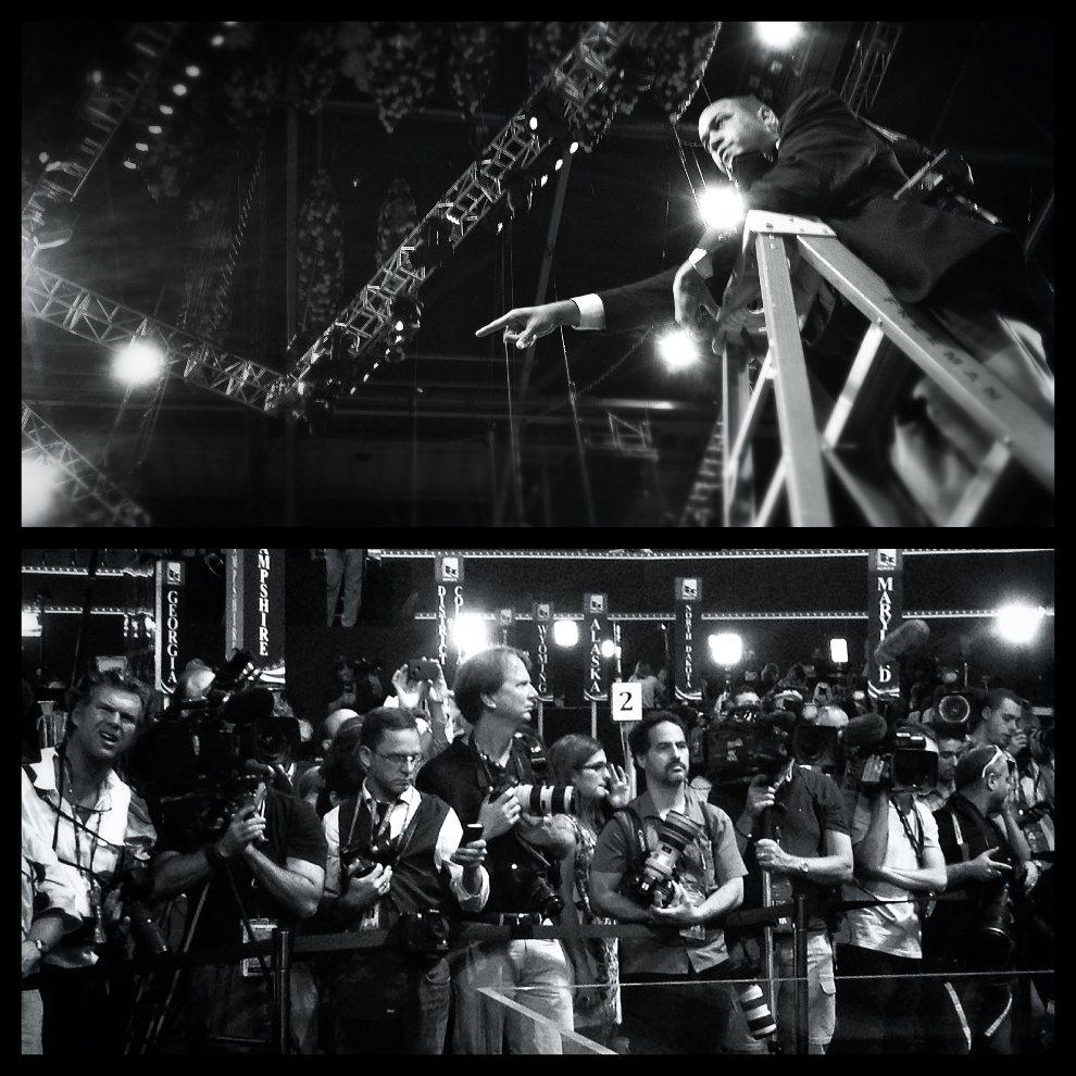 7.USA, Tampa, 30 sierpnia 2012: Zdjęcie górne: Fotograf sztabu Romney'a ustawia fotografów stojąc na drabinie. Zdjęcie dolne: Dziennikarze czekają na rozpoczęcie   ostatniego dnia konwencji Partii Republikańskiej. (Foto: Chip Somodevilla/Getty Images)