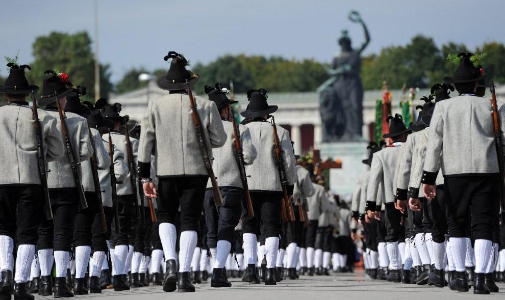7.NIEMCY, Monachium, 23 września 2012: Bawarscy strzelcy maszerują w uroczystej paradzie. EPA/ANDREAS GEBERT Dostawca: PAP/EPA.