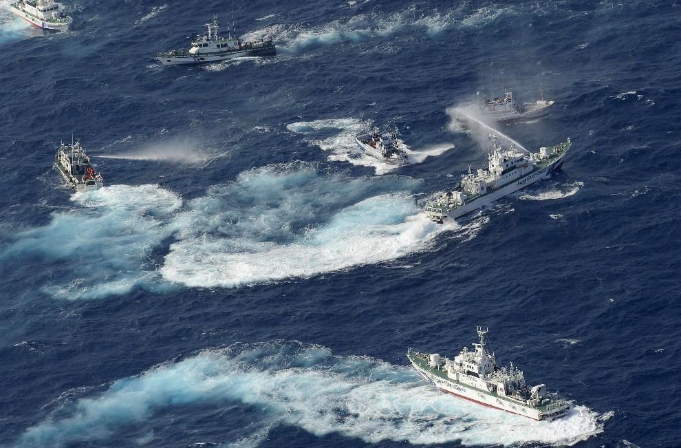 8.JAPONIA, Senkaku, 25 września 2012: Potyczka na armatki wodne między jednostkami japońskiej straży przybrzeżnej i tajwańskimi jednostkami, w pobliżu wysp   Senkaku. AFP PHOTO / YOMIURI SHIMBUN