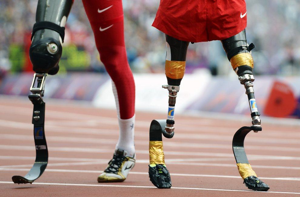 8.WIELKA BRYTANIA, Londyn, 1 września 2012: Amerykanie Rudy Garcia-Tolson (po prawej) i Shaquille Vance (po lewej) na mecie wyścigu na dystansie 200 m. AFP PHOTO   / ADRIAN DENNIS