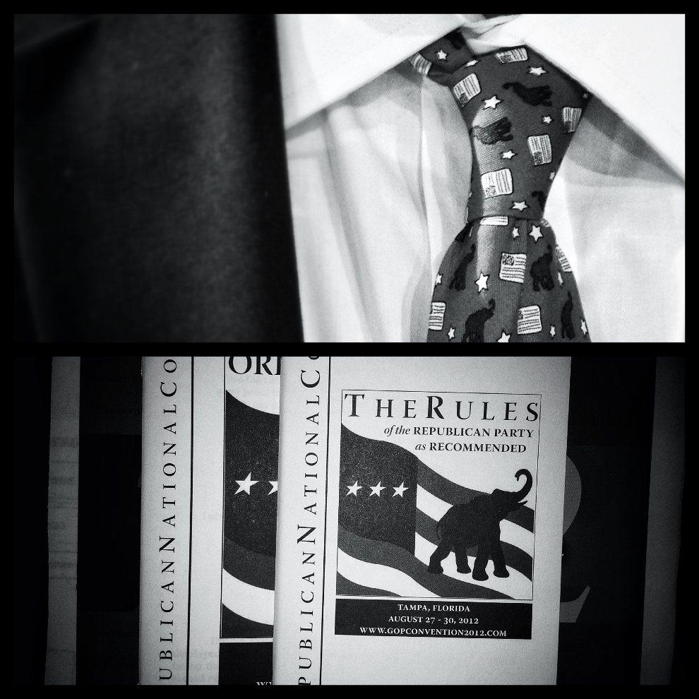 9.USA, Tampa, 29 sierpnia 2012: Zdjęcie górne: Krawat w słonie – symbol Partii Republikańskiej. Zdjęcie dolne: Okładka broszury rozdawanej podczas konwencji.   (Foto: Chip Somodevilla/Getty Images)
