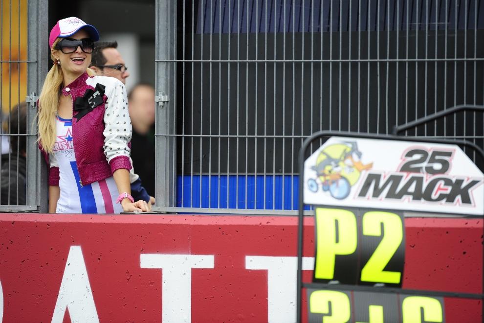 11.HISZPANIA, Cheste, 6 listopada 2011: Paris Hilton przygląda się wyścigowi motocykli o pojemności 125cc. AFP PHOTO/JAVIER SORIANO