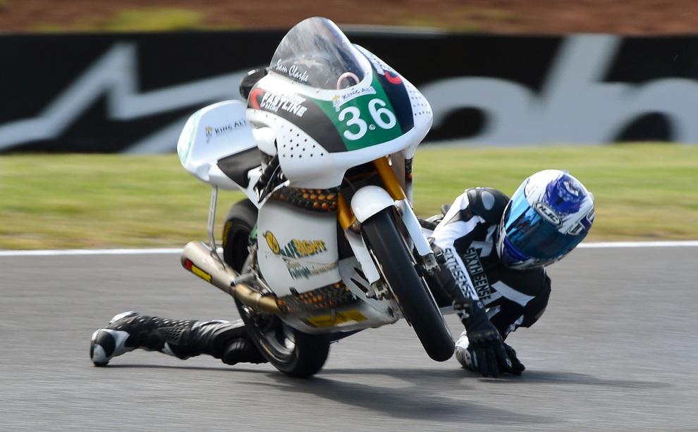 10.AUSTRALIA, Phillip Island, 26 października 2012: Sam Clarke spade z motocykla podczas treningu przed wyścigiem serii Moto2. AFP PHOTO/William WEST