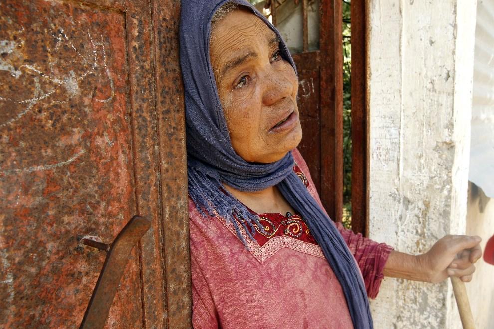 10.AUTONOMIA PALESTYŃSKA, Dajr al-Balah, 15 października 2012: Kobieta przyglądająca się pogrzebowi dwu ofiar izraelskiego ataku. AFP PHOTO/MOHAMMED ABED