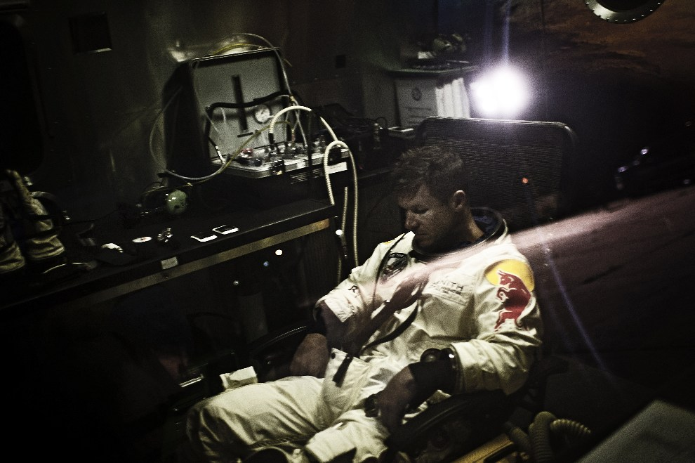 10.USA, Roswell, 6 października 2012: Felix Baumgartner czeka na zgodę na start kapsuły. AFP PHOTO / www.redbullcontentpool.com / Joerg Mitter