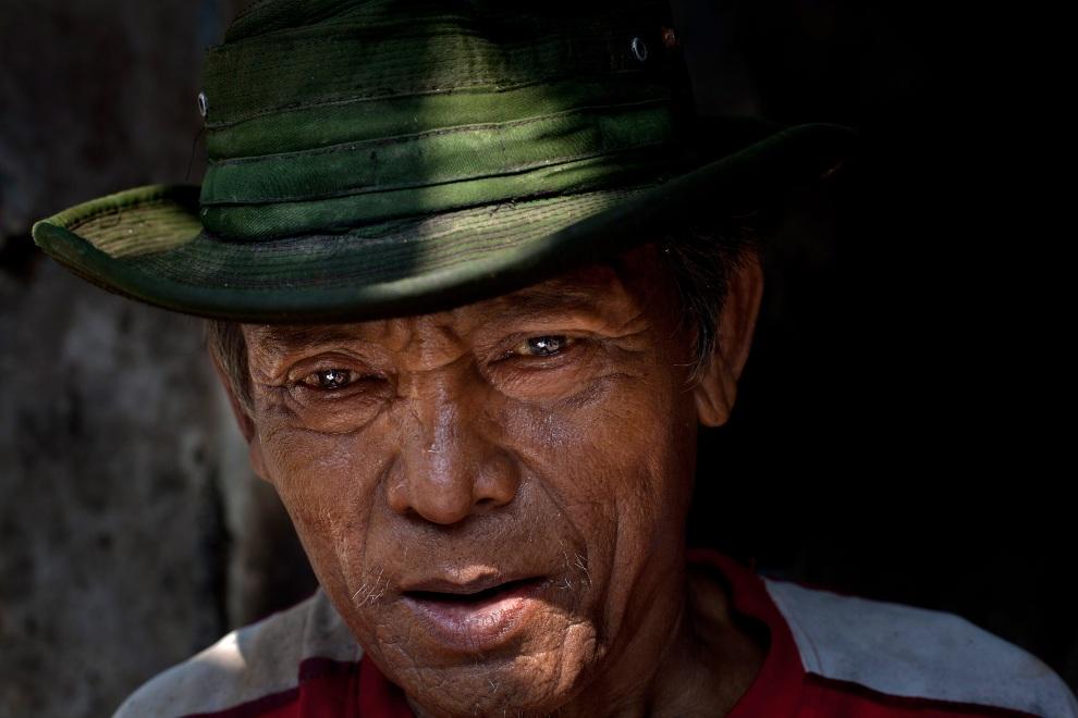 10.MJANMA, Rangun, 9 grudnia 2010: Mężczyzna pracujący przy kruszeniu lodu. (Foto:  Drn/Getty Images)