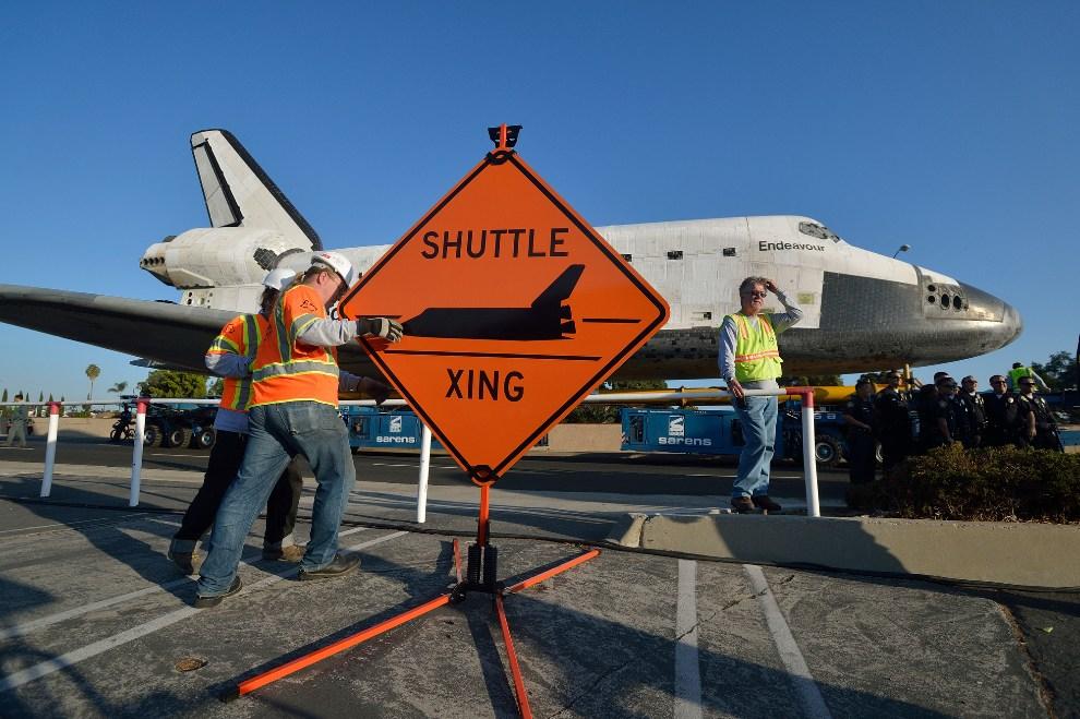 10.USA, Inglewood, 13 października 2012: Pracownicy techniczni rozstawiają znaki informujące o przejeździe promu kosmicznego. (Foto: Jeff Gritchen-Pool/Getty   Images)