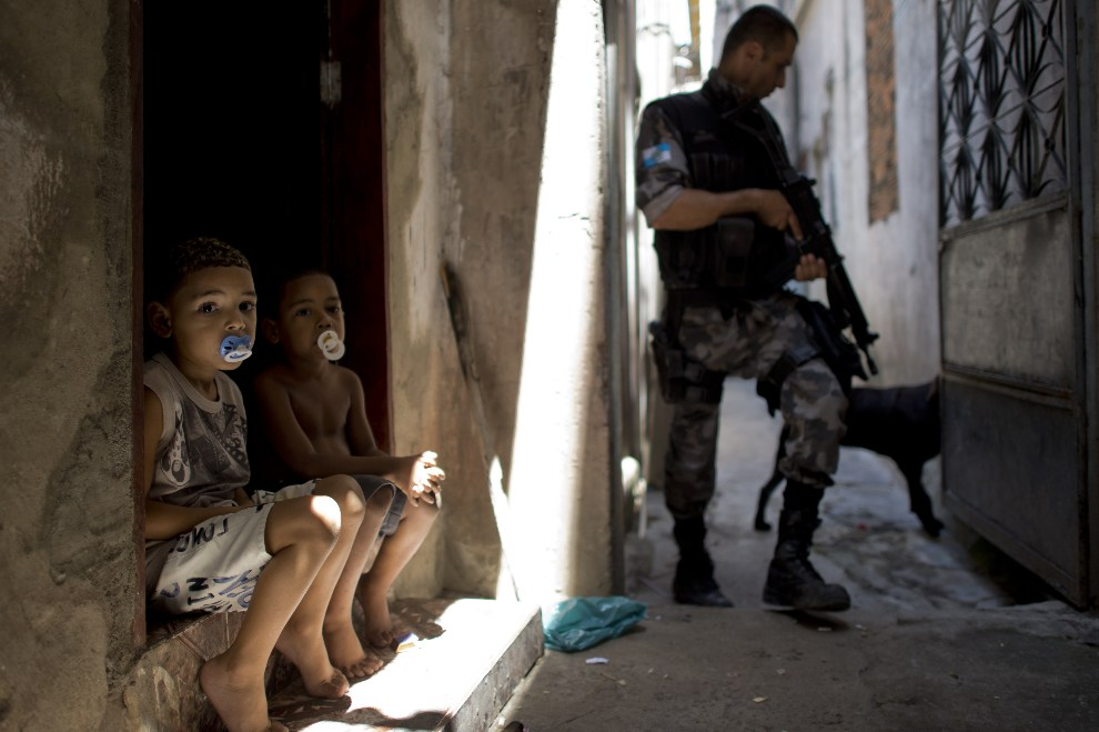 11.BRAZYLIA, Rio de Janeiro, 16 października 2012: Policjant na patrolu w faweli Jacarezinho. AFP PHOTO / Christophe Simon