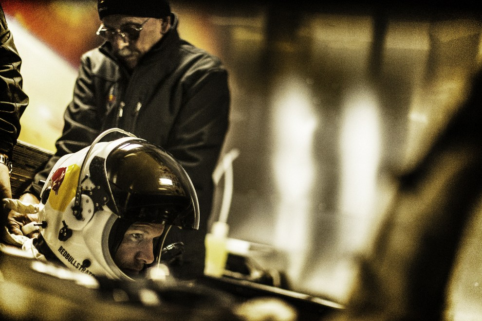 11.USA, Roswell, 6 października 2012: Felix Baumgartner  we wnętrzu przyczepy,  w której przygotowywał się do rozpoczęcia lotu. AFP PHOTO /   www.redbullcontentpool.com / BALAZS GARDI
