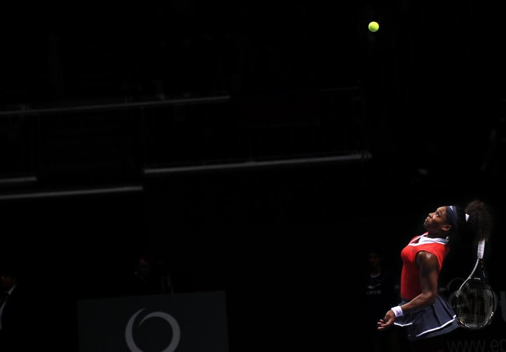11.TURCJA, Stambuł, 25 października 2012: Serena Williams serwuje piłkę w meczu z Wiktoryją Azaranką. AFP PHOTO/BULENT KILIC