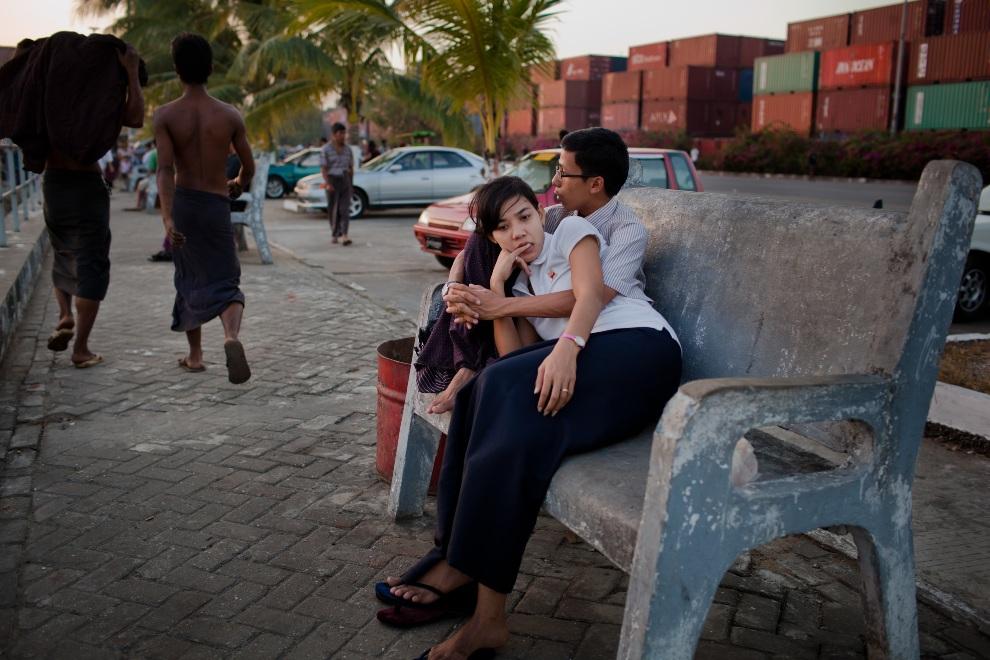 11.MJANMA, Rangun, 9 grudnia 2010: Para nastolatków na tle stosów kontenerów. (Foto:  Drn/Stringer/Getty Images)