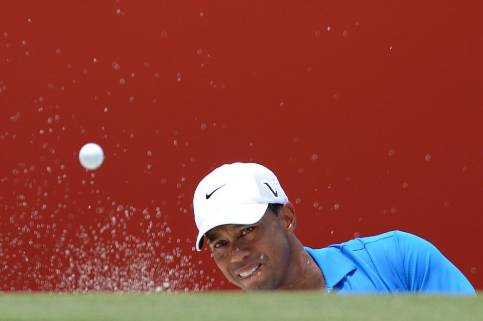 12.MALEZJA, Kuala Lumpur : Tiger Woods przy 9. dołku turnieju  CIMB Classic. AFP PHOTO / MOHD RASFAN