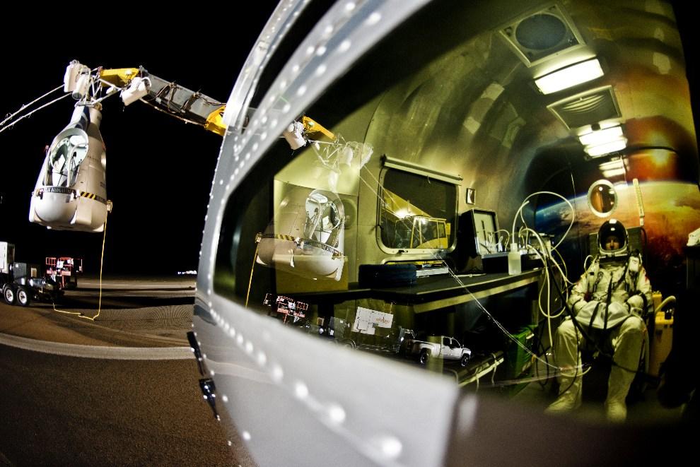 12.USA, Roswell, 14 października 2012: Kapsuła i wnętrze przyczepy z koncentrującym się pilotem.  AFP PHOTO / www.redbullcontentpool.com / Jorg MITTER