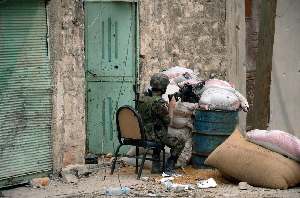 13.SYRIA, Aleppo, 11 października 2012: Syryjski żołnierz na posterunku w trakcie starć z rebeliantami. AFP PHOTO/STR