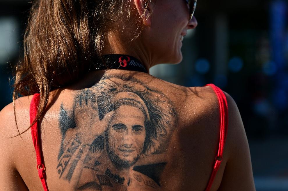14.WŁOCHY, Misano Adriatico, 15 września 2012: Fanka zmarłego Marco Simoncelli prezentuje swój tatuaż. AFP PHOTO / GABRIEL BOUYS