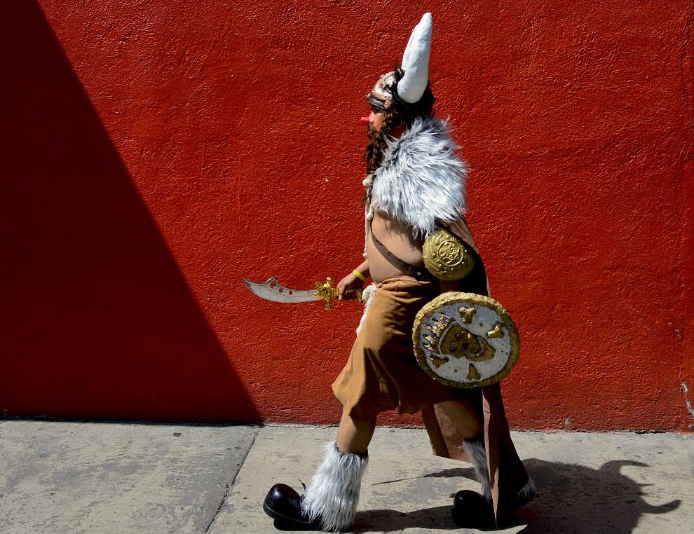13.MEKSYK, Mexico City, 24 października:  Klaun Pinky zmierza na XVIII międzynarodowy zjazd klaunów. AFP PHOTO/Alfredo Estrella