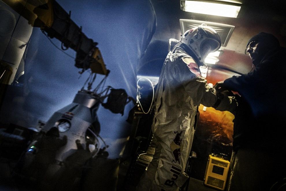13.USA, Roswell, 6 października 2012: Kaspuła odbija się w szybie przyczepy, w której  Baumgartner  zakłada skafander. AFP PHOTO / www.redbullcontentpool.com /   BALAZS GARDI