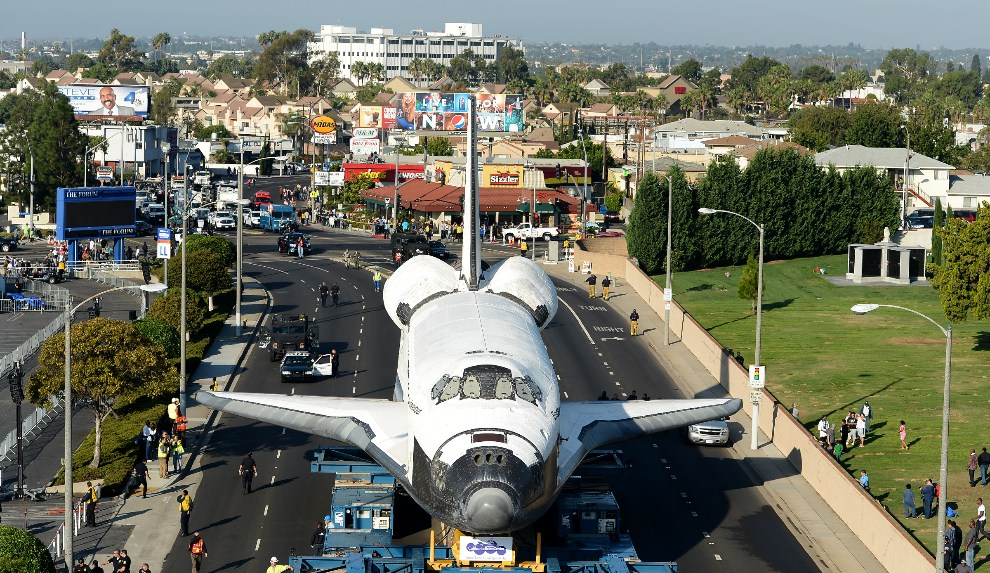 13.USA, Inglewood, 13 października 2012: Endeavour transportowany w otoczeniu służb i widzów. (Foto: Wally Skalij-Pool/Getty Images)