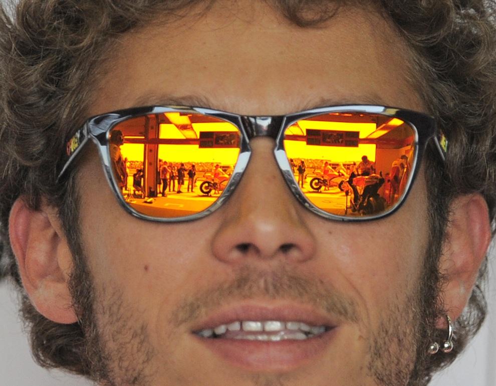 1.NIEMCY,  Hohenstein-Ernstthal, 6 lipca 2012: Zespół Ducati odbija się w okularach Valentino Rossiego. AFP PHOTO / ROBERT MICHAEL