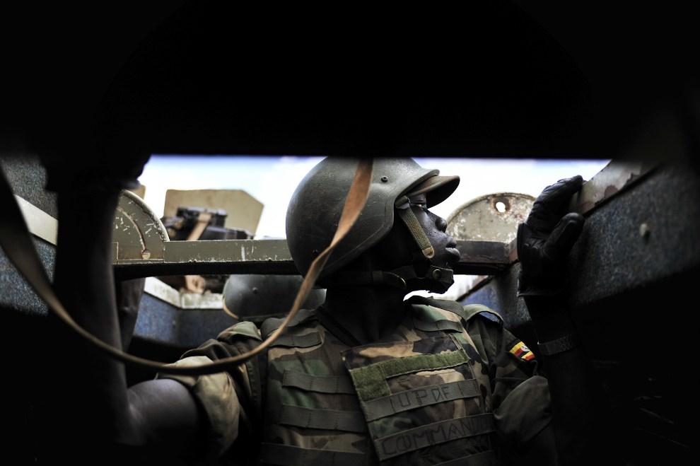 15.SOMALIA, Mogadiszu, 18 października 2012: Żołnierz wygląda z wnętrza pojazdu, który został ostrzelany przez oddział bojówek  Al-Shabaab. AFP PHOTO/AU-UN IST   PHOTO / TOBIN JONES.
