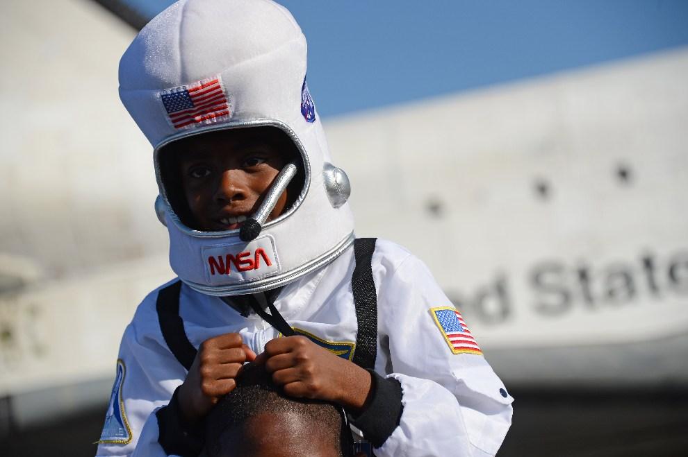 15.USA, Los Angeles, 12 października 2012: Darius Williams w kostiumie kosmonauty przygląda się transportowi promu.  AFP PHOTO / Robyn Beck