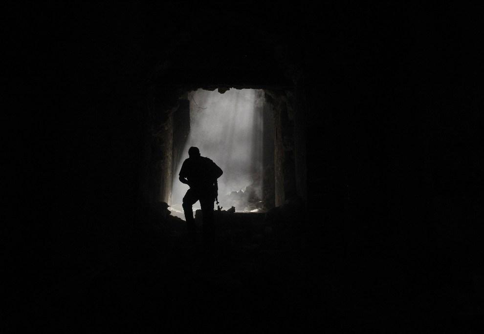 16.SYRIA, Aleppo, 14 października 2012: Syryjski rebeliant ucieka przed ostrzałem podczas starcia z oddziałami rządowymi. AFP PHOTO/Tauseef MUSTAFA