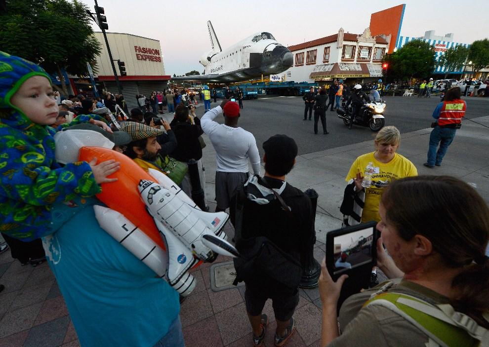 16.USA, Inglewood, 13 października 2012: Ludzie zebrani przy trasie przejazdu promu. (Foto: Kevork Djansezian/Getty Images)