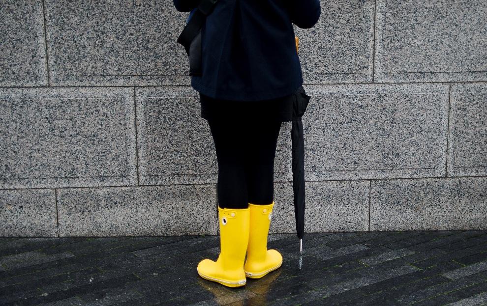 17.WIELKA BRYTANIA, Londyn, 22 października 2012: Turystka w żółtych kaloszach przygląda się Tamizie. AFP PHOTO / LEON NEAL