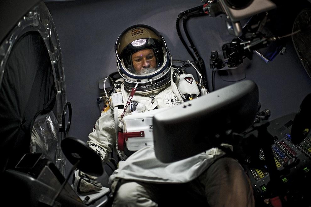 17.USA, Roswell, 9 października 2012: Felix Baumgartner za pulpitem nawigacyjnym kapsuły.  AFP PHOTO / www.redbullcontentpool.com / Joerg Mitter