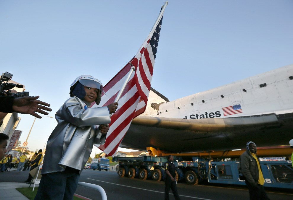 17.USA, Inglewood, 13 października 2012: Amir Morris (trzy lata) przygląda się transportowi promu kosmicznego Endeavour. (Foto: Lucy Nicholson-Pool/Getty Images)