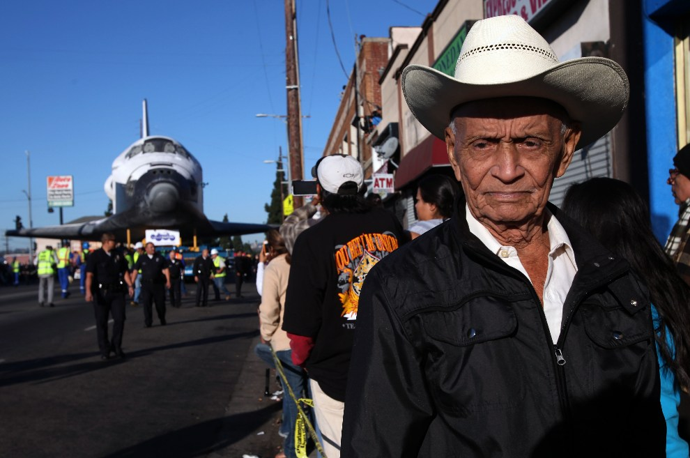 18.USA, Los Angeles, 14 października 2012: Federico Gonzales wśród widzów zebranych przy  Martin Luther King Boulevard. (Foto: Michael Robinson Chavez-Pool/Getty   Images)
