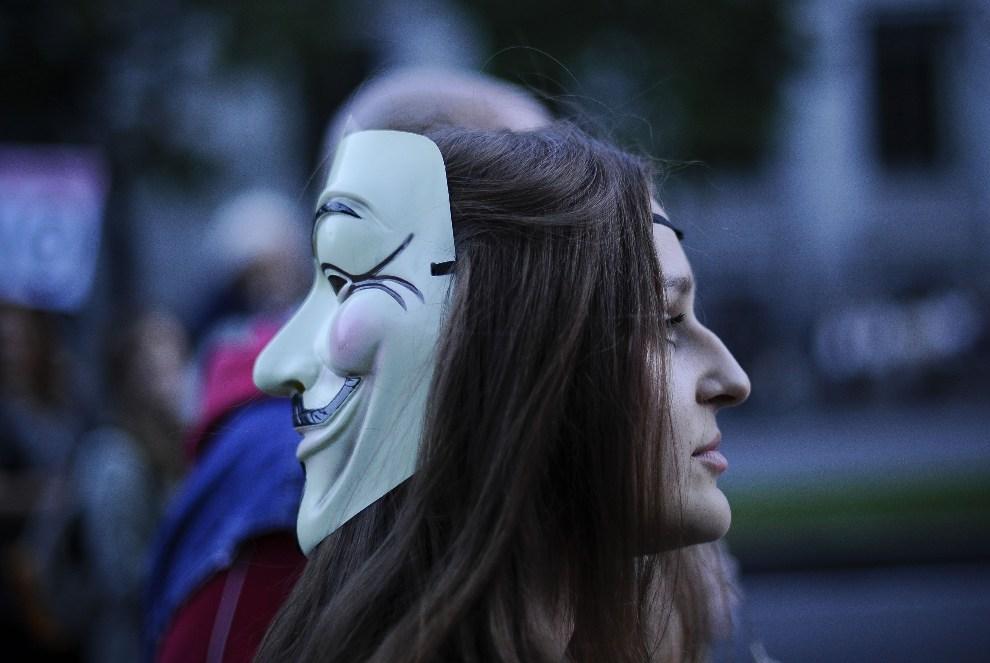 19.HISZPANIA, Madryt, 13 października 2012: Dziewczyna uczestniczą w protestach przeciw polityce rządu Hiszpanii. AFP PHOTO/ PEDRO ARMESTRE