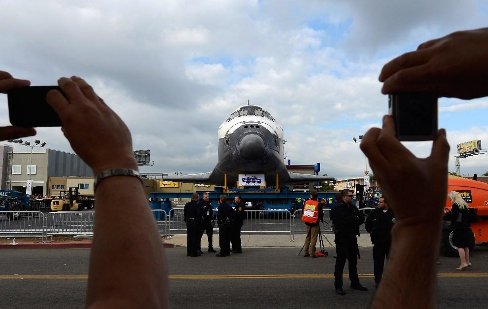 19.USA, Los Angeles, 12 października 2012: Endeavour zaparkowany przy centrum handlowym. (Foto: Kevork Djansezian/Getty Images)
