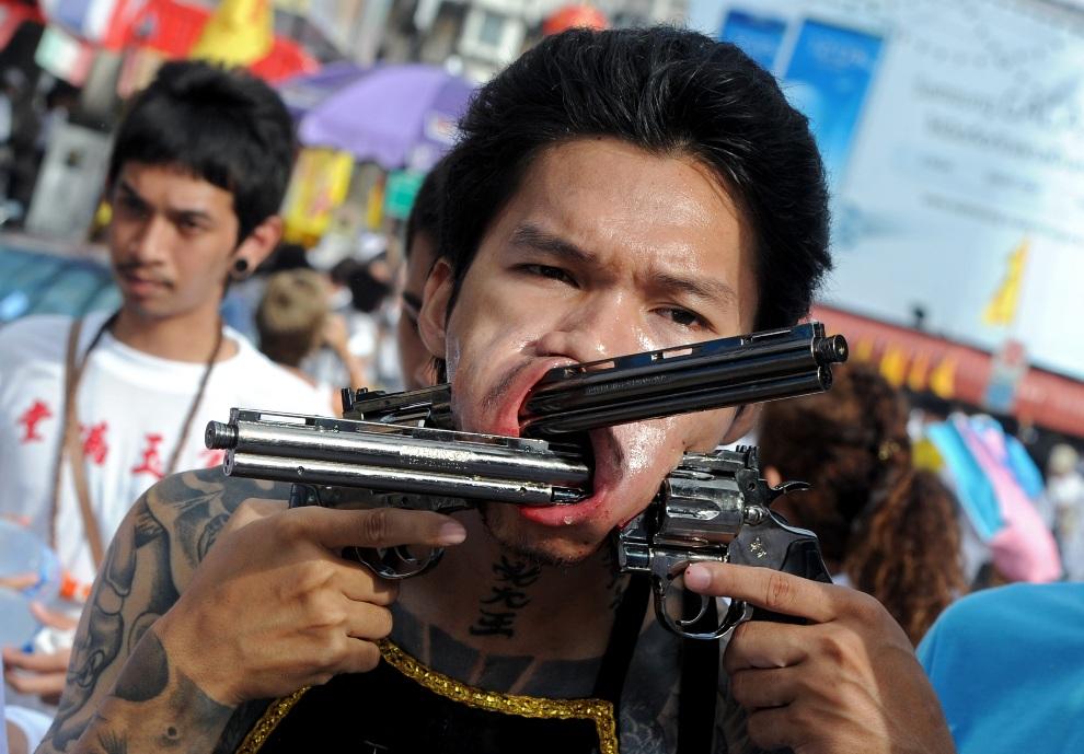 1.TAJLANDIA, Phuket, 21 października 2012: Procesja z udziałem uczestników Wegetariańskiego Festiwalu na wyspie Phuket. AFP PHOTO/PORNCHAI KITTIWONGSAKUL
