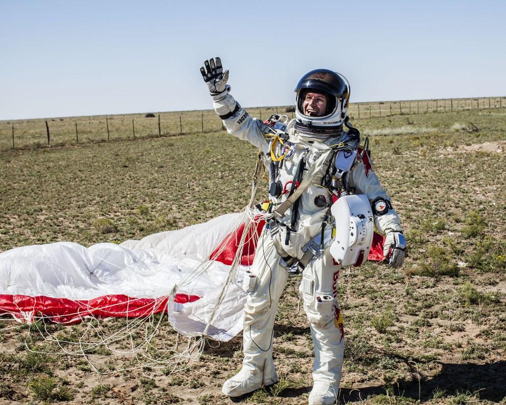 1.USA, Roswell, 14 października 2012: Austriak Felix Baumgartner cieszy się z oddanego skoku. AFP PHOTO/www.redbullcontentpool.com/BALAZS GARDI/HO