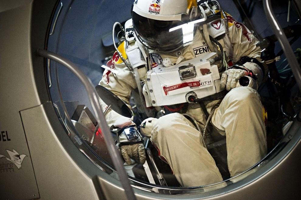 20.USA, Roswell, 24 września 2012: Felix Baumgartner we wnętrzu kapsuły podczas lotu testowego. AFP PHOTO/HO /Joerg Mitter/Red Bull