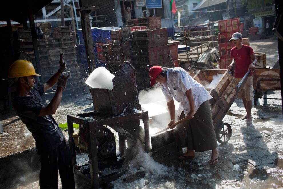 20.MJANMA, Rangun, 9 grudnia 2010: Kruszenie lodu na targu rybnym. (Foto:  Drn/Getty Images)