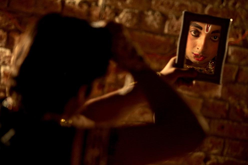 """21.INDIE, Jammu, 17 października 2012: Aktor przygotowuje się do przedstawienia  """"Ramlila"""" – historii boga Rama. AFP PHOTO/STR"""