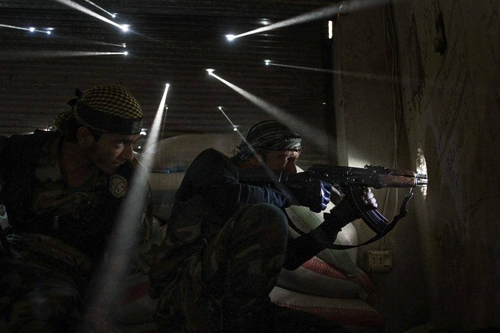 21.SYRIA, Aleppo, 19 października 2012: Rebelianci zajmują pozycje strzeleckie w dzielnicy Karmal Jabl. AFP PHOTO/JAVIER MANZANO
