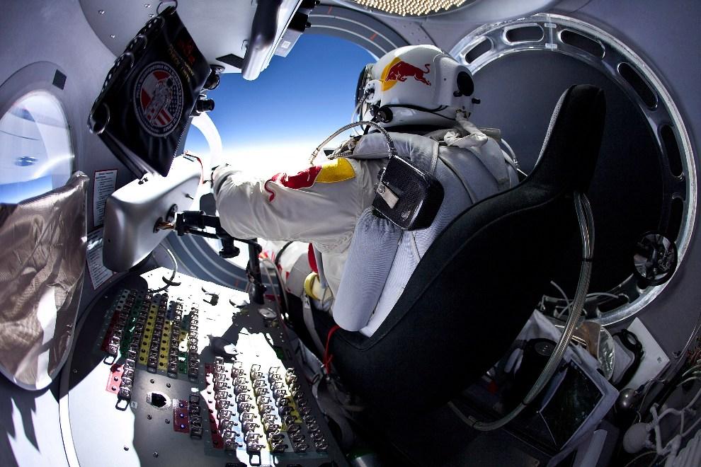 21.USA, 15 marca 2012: Felix Baumgartner przygotowuje się do opuszczenia kapsuły podczas lotu treningowego. (Foto: Jay Nemeth/Red Bull via Getty Images)