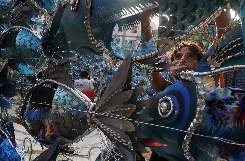 23.INDIE, Kalkuta, 17 października 2012: Artysta pracuje przy instalacji zdobiącej miejsce kultu bogini Durga.AFP PHOTO/Dibyangshu SARKAR