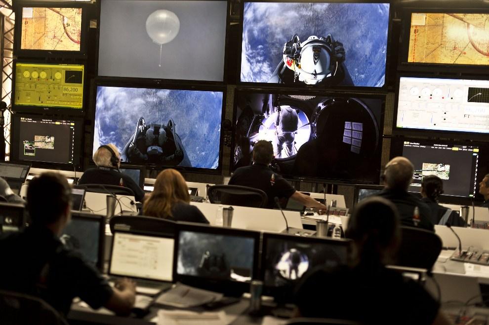 23.USA, Roswell, 25 lipca 2012: Centrum kontroli lotu w trakcie lotu testowego. (Foto: Predrag Vuckovic/Red Bull via Getty Images)
