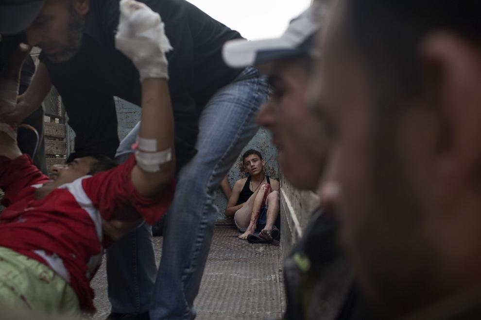 24.SYRIA, Aleppo, 21 października 2012: Ranny chłopak na naczepie ciężarówki. AFP PHOTO/FABIO BUCCIARELLI