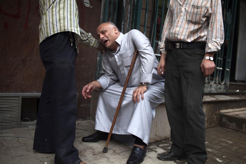 25.SYRIA, Aleppo, 23 października 2012: Ojciec opłakujący śmierć syna. AFP PHOTO/FABIO BUCCIARELLI