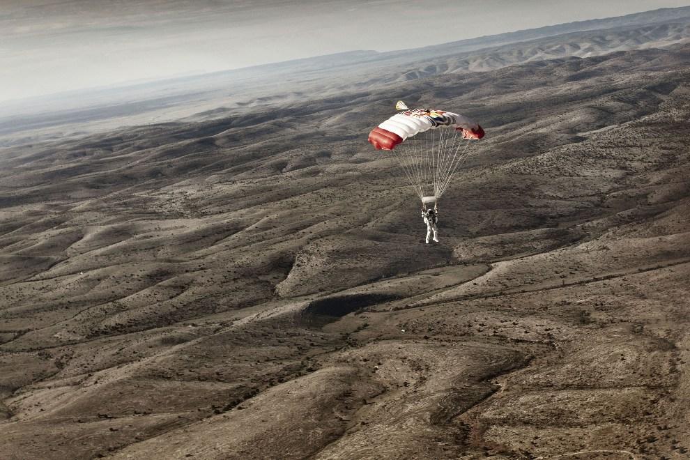 25.USA, Roswell, 25 lipca 2012: Felix Baumgartner opada z rozłożoną czaszą spadochronu. (Foto: Balazs Gardi/Red Bull via Getty Images)
