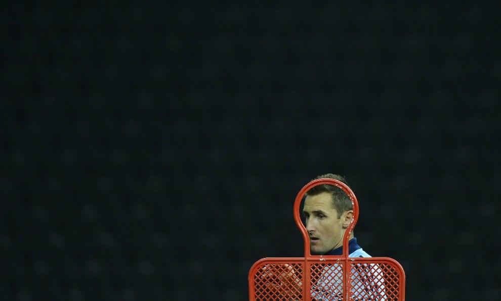 26.NIEMCY, Berlin, 15 października 2012: Miroslav Klose podczas treningu przed meczem z reprezentacją Szwecji. AFP PHOTO / ODD ANDERSEN